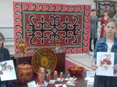 Учащиеся  детской художественной школы Сунженского района приняли участие в интерактивном уроке по хохломской росписи